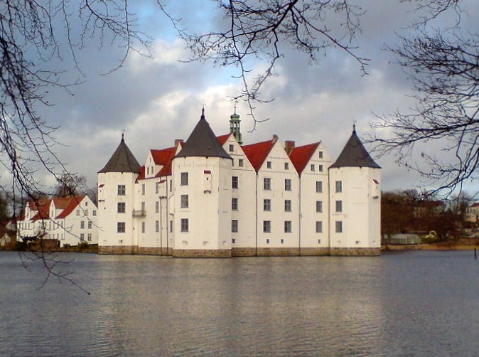 upload.wikimedia.org/wikipedia/commons/2/26/Gluecksburg_2007x.jpg