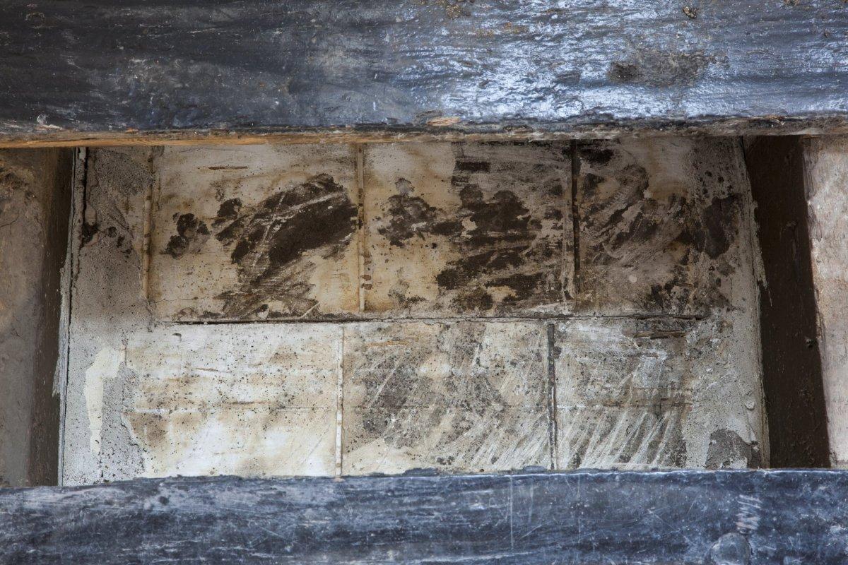 File interieur werkzaamheden tijdens restauratie in souterrain geschilderde houten vloer met - Mat tegels ...