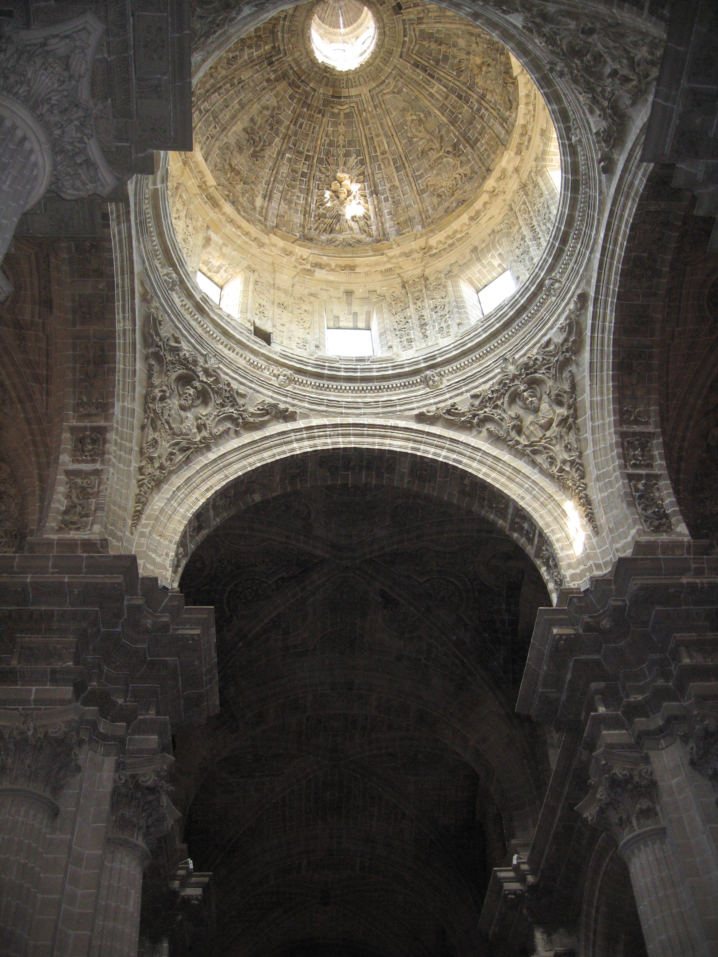 http://upload.wikimedia.org/wikipedia/commons/2/26/InteriorCatedralJerez.jpg