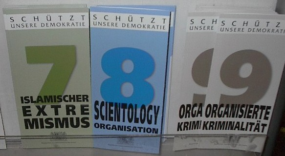 Datei:Islamic extremism Scientology and Organized crime brochures.jpg