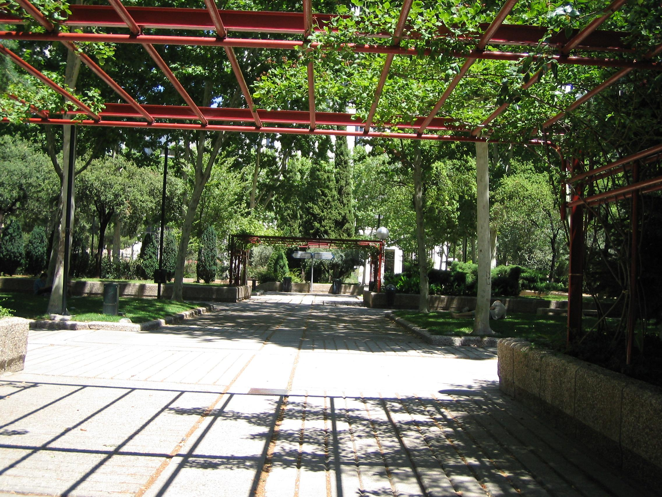 File:Jardines de AZCA (Madrid).jpg - Wikimedia Commons