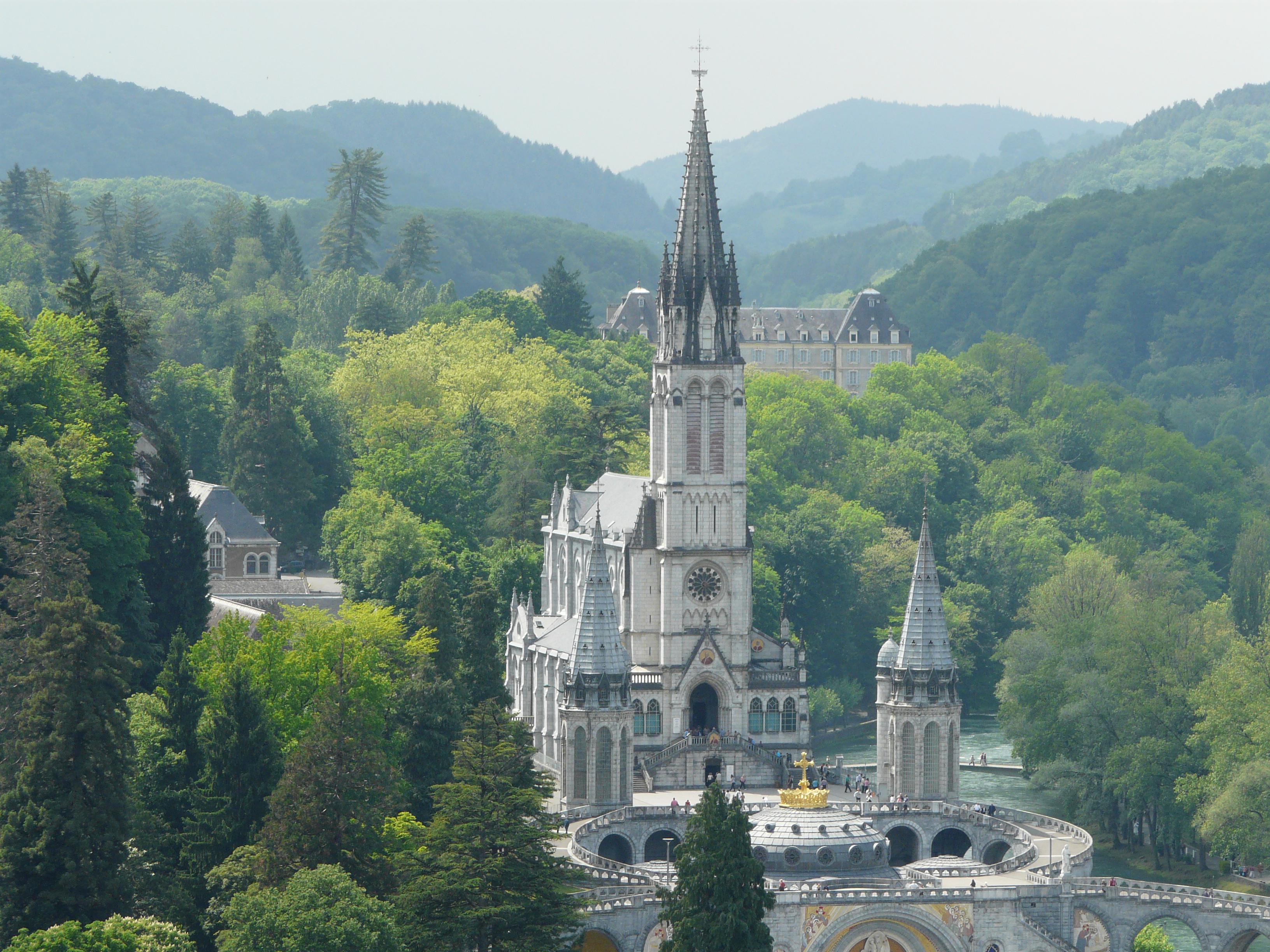 Lourdes_basilique_vue_depuis_ch%C3%A2teau_%282%29.JPG