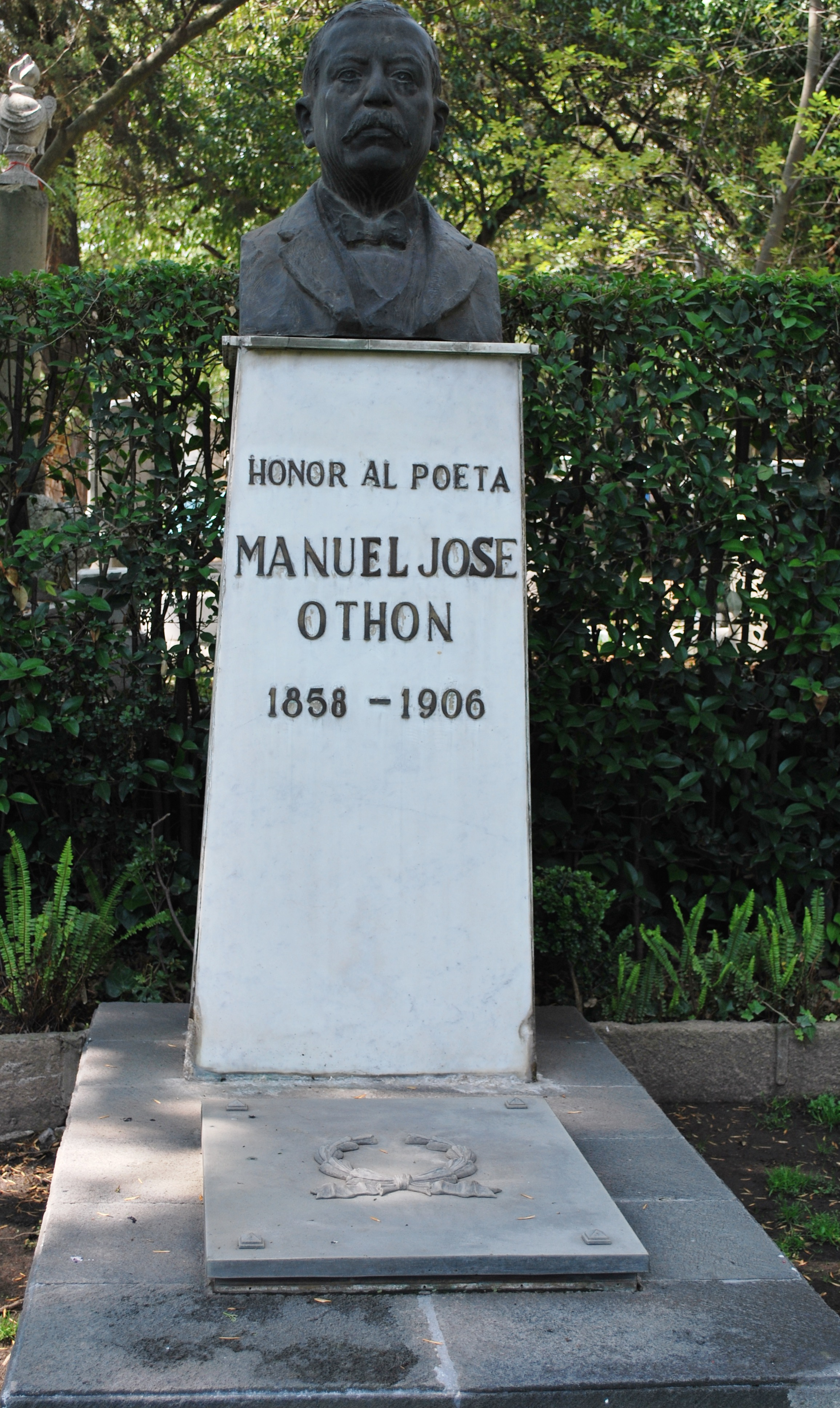 Sepulcro de Manuel José Othón en la Rotonda de las Personas Ilustres.