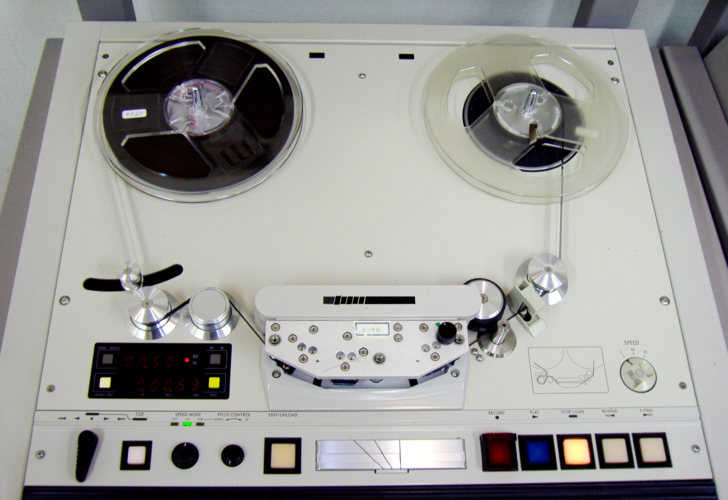 A magnetic tape recorder and splicing block