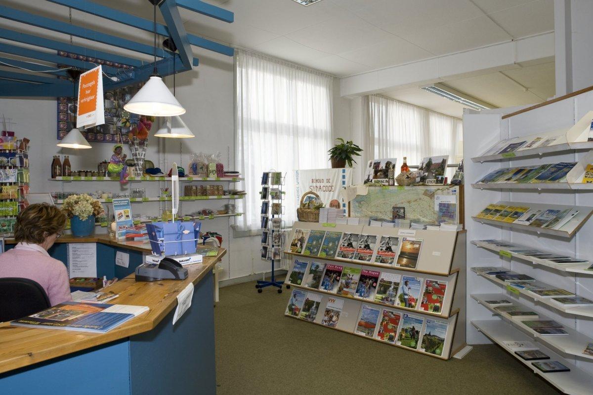 File overzicht van de kantoorruimte met de balie en de folderschappen naar achteren gezien for Kantoorruimte