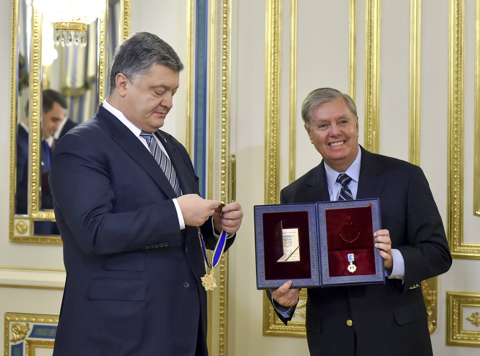 File:President of Ukraine Petro Poroshenko presented state awards to  Senators John McCain and Lindsey Graham, 30 December 2016 (2).jpeg -  Wikipedia