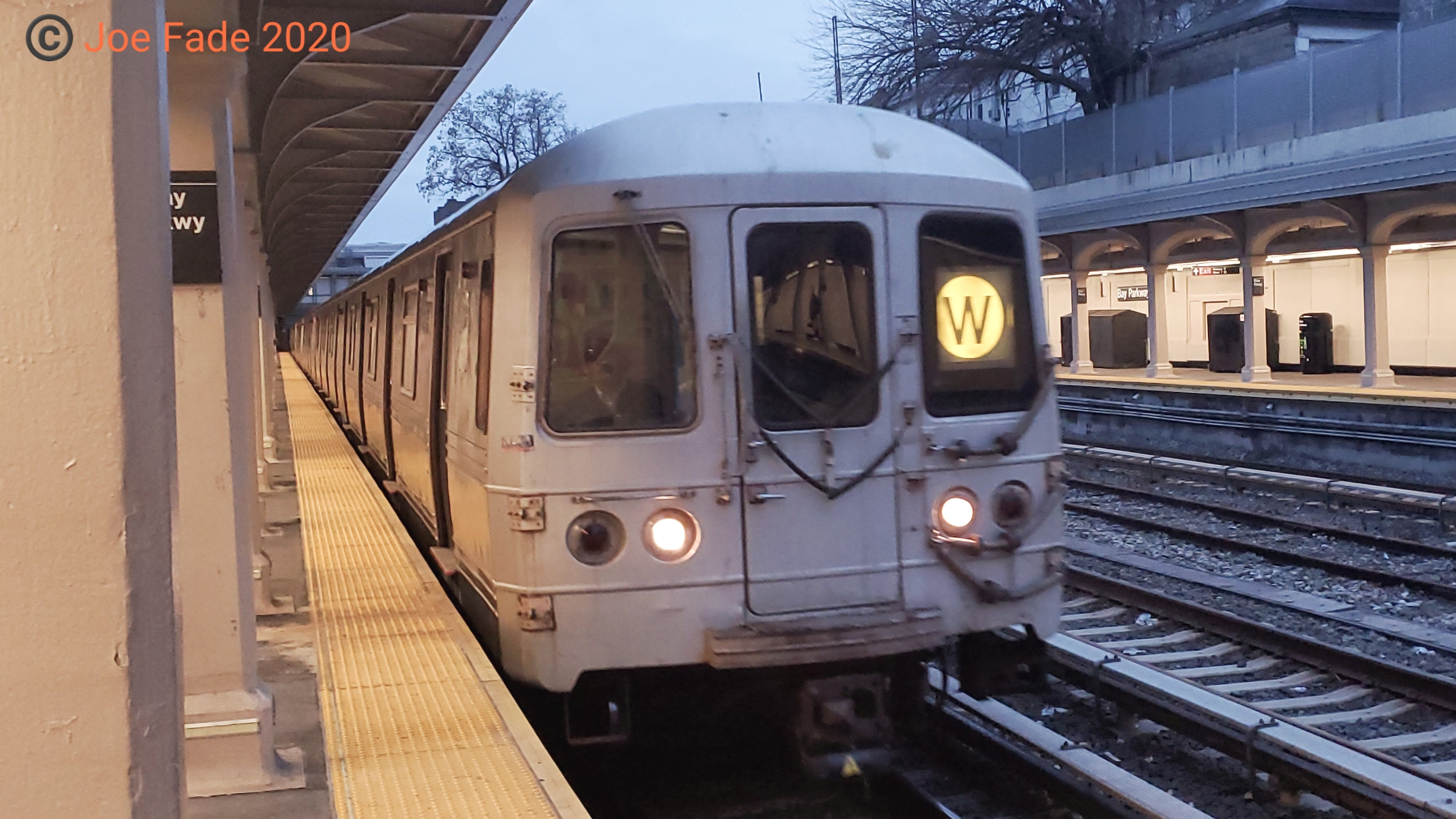 File R46 W Train At Bay Parkway Jpg Wikipedia