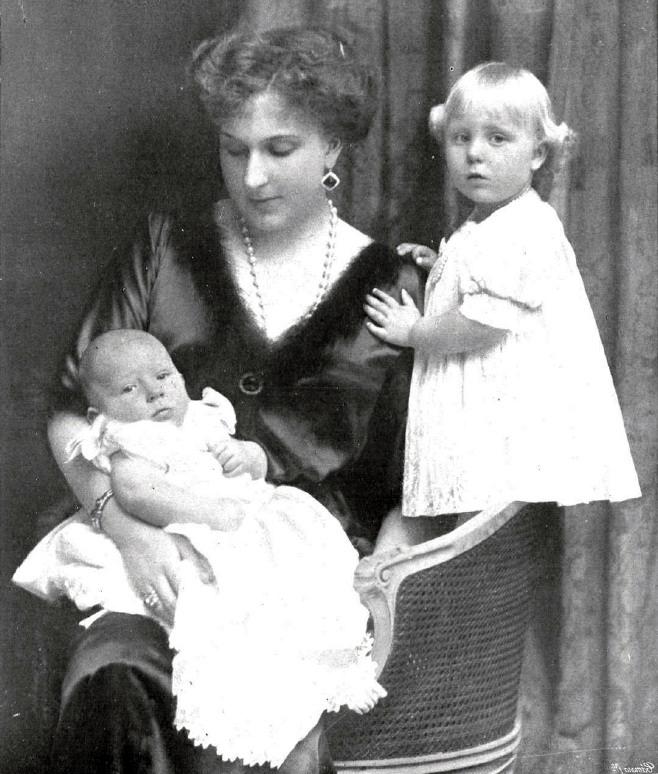 File Reina Victoria Con Sus Dos Hijos Menores La