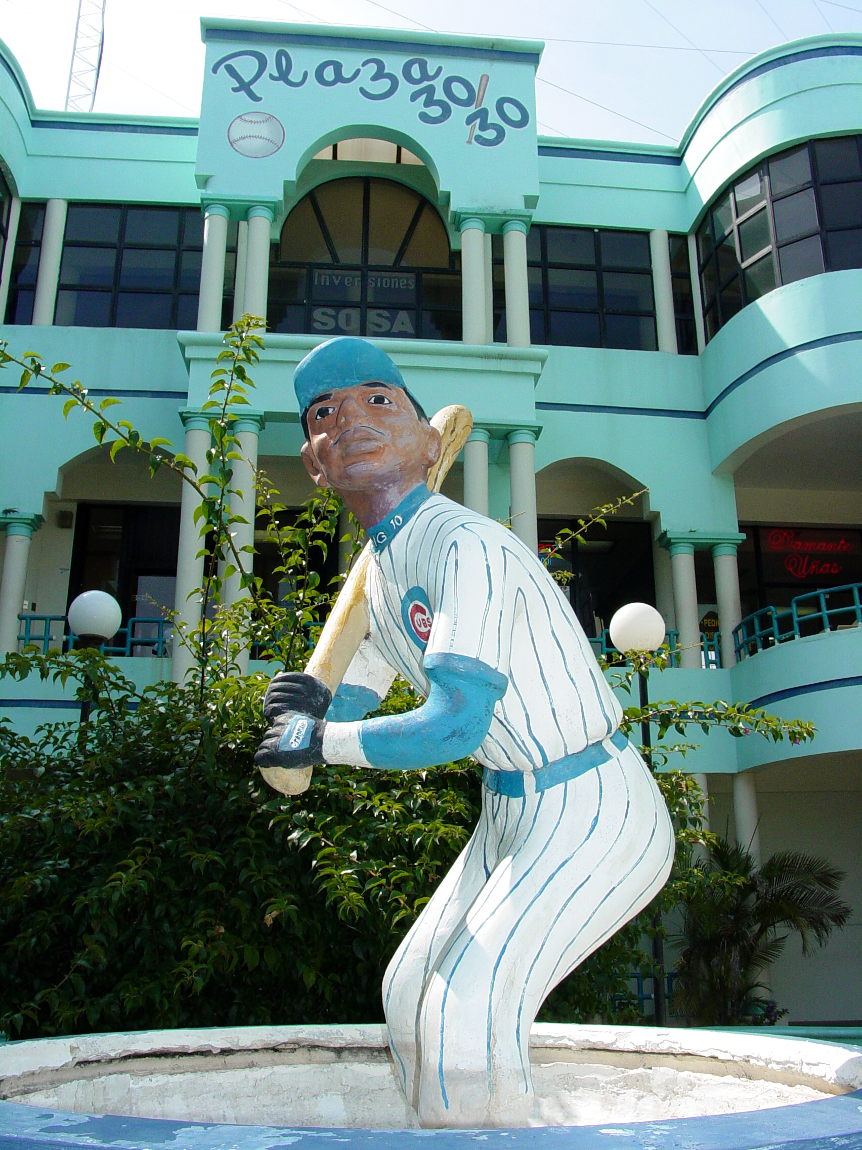 File Statue Of Sammy Sosa Outside The 30 30 Shopping Center San Pedro De Macoris Dominican Republic Jpg Wikimedia Commons