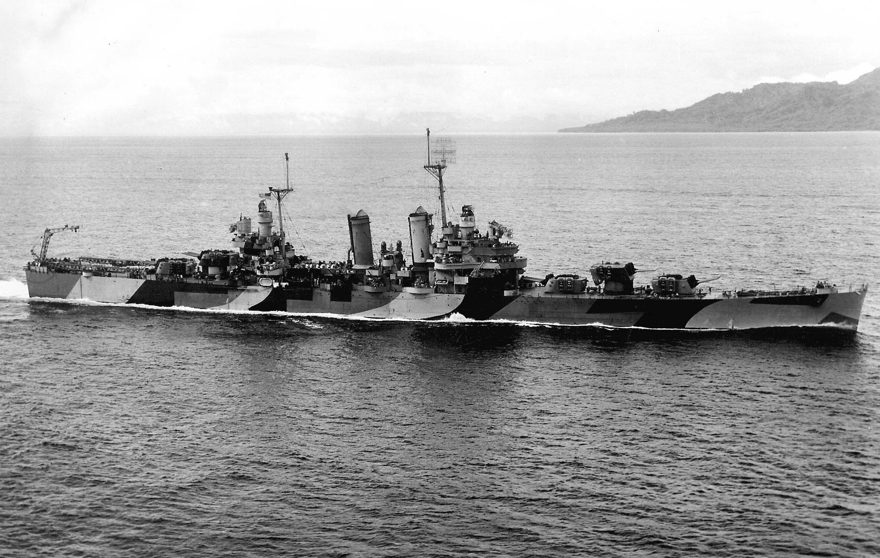 https://upload.wikimedia.org/wikipedia/commons/2/26/USS_Honolulu_%28CL-48%29_underway_in_1944.jpeg