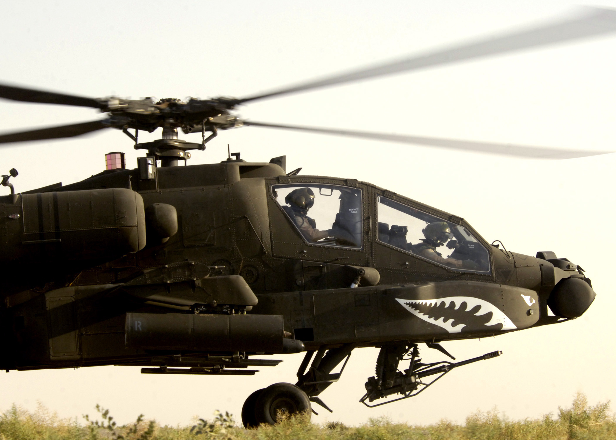 armée americaine - Page 2 US_Navy_050803-N-5027S-174_A_U.S._Army_AH-64_Apache_helicopter_prepares_to_takeoff_for_a_mission_in_Iraq