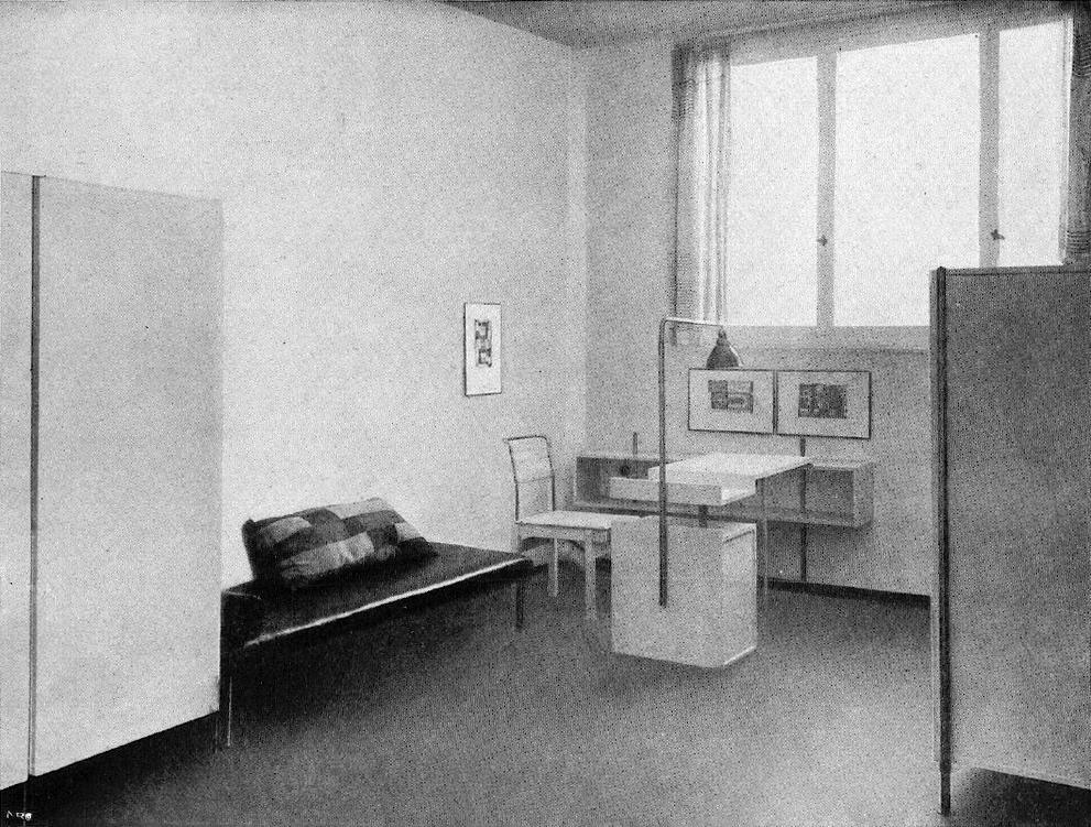Exemple d'aménagement intérieur dans un des batiments du WUWA à Wroclaw. L'ameublement est l'oeuvre de Jo Vinecky.