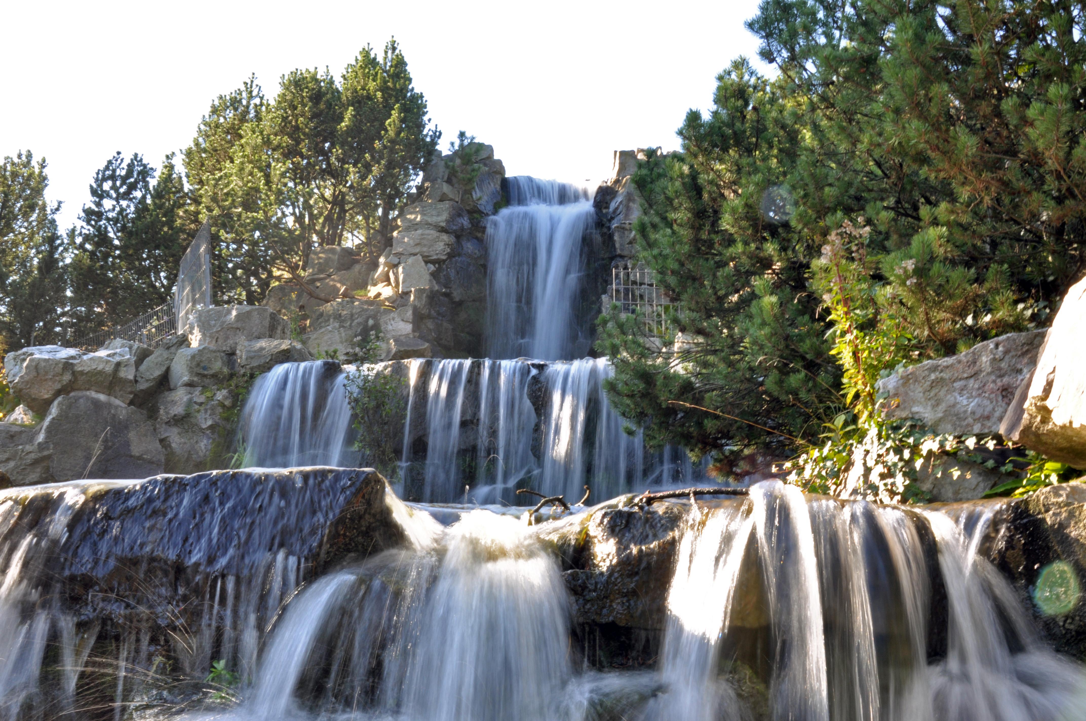 Wasserfallähnlich gestaltete Brunnenanlage (Grugapark, Essen)