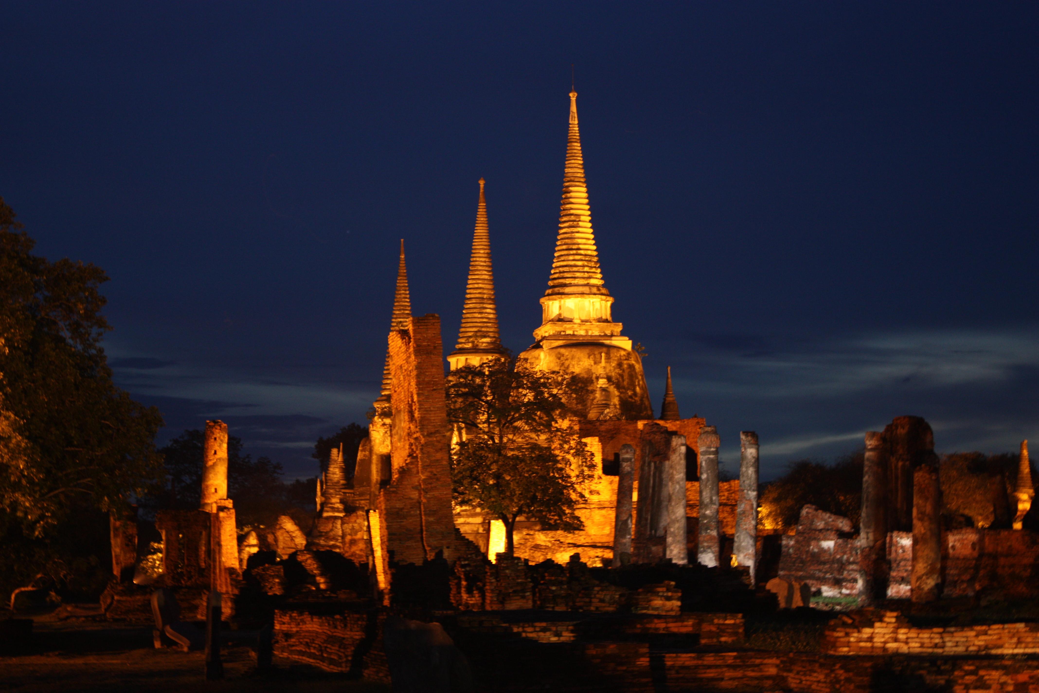 File:Wat Phra Si Sanphet Ayutthaya at night.jpg