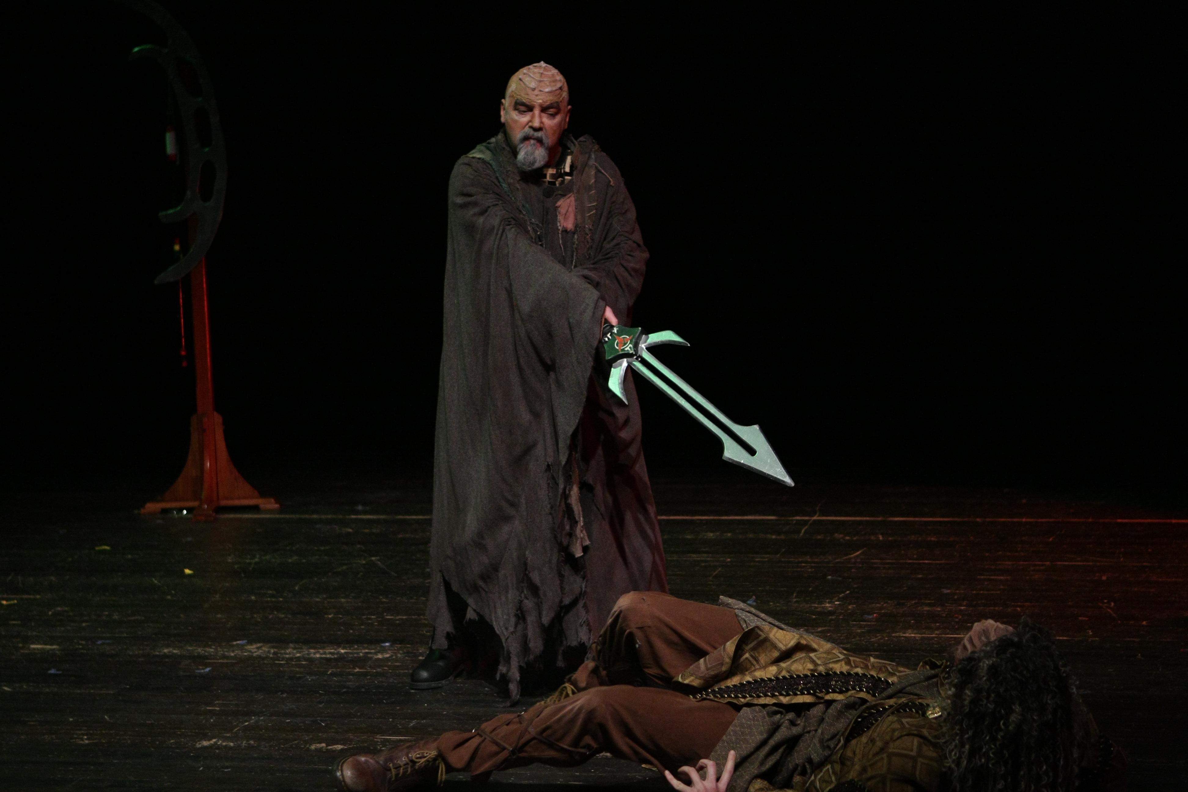File:Actor in klingon costume holding oversized D\'k tahg.jpg ...