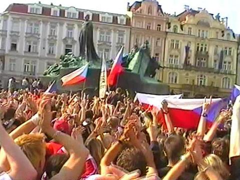 http://upload.wikimedia.org/wikipedia/commons/2/27/Arrival_of_ice_hockey_world_champions_Prague_Old_Town_Square_2005.JPG