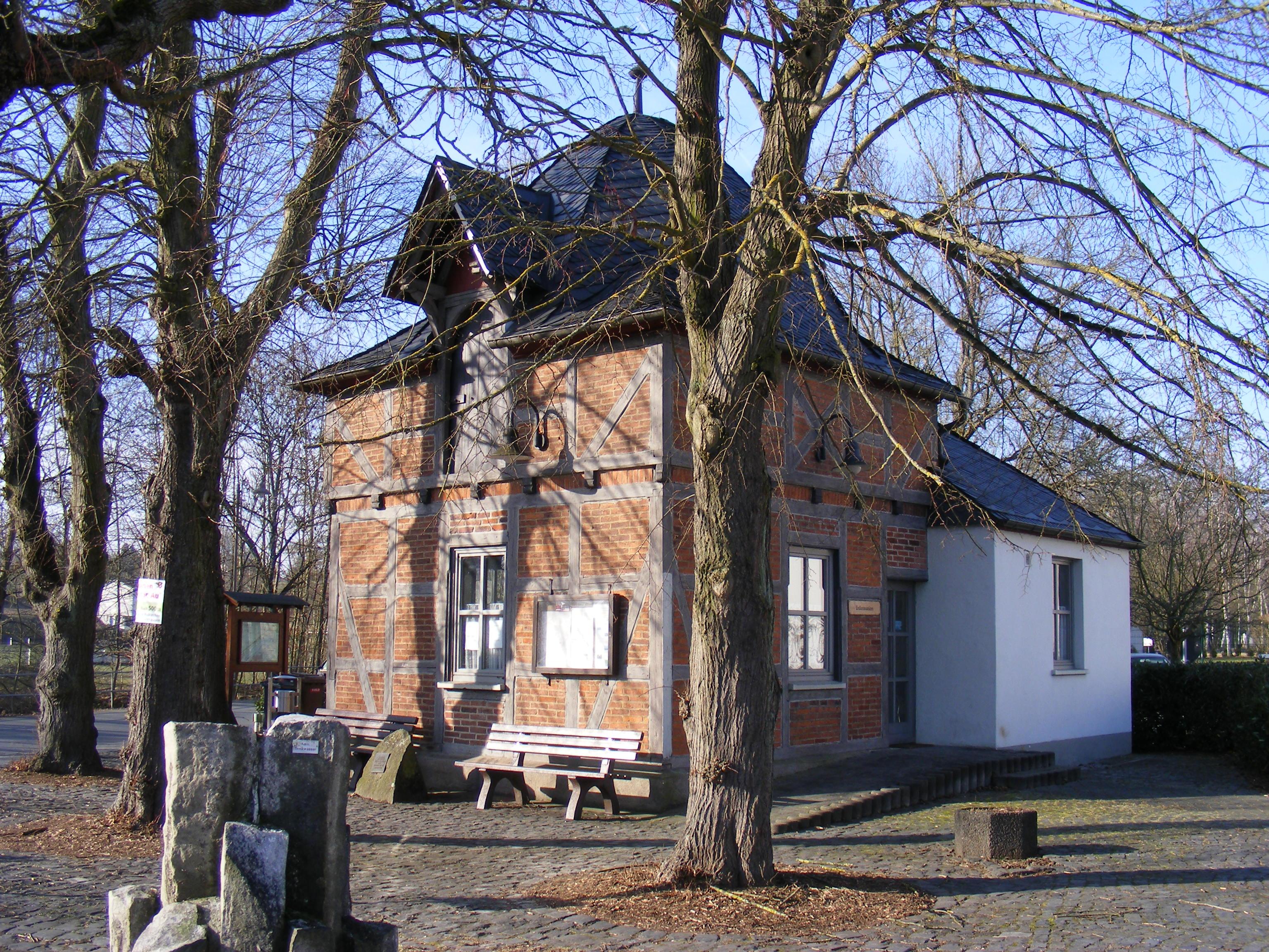 https://upload.wikimedia.org/wikipedia/commons/2/27/Biskirchen_Brunnenhaus_Seite.jpg