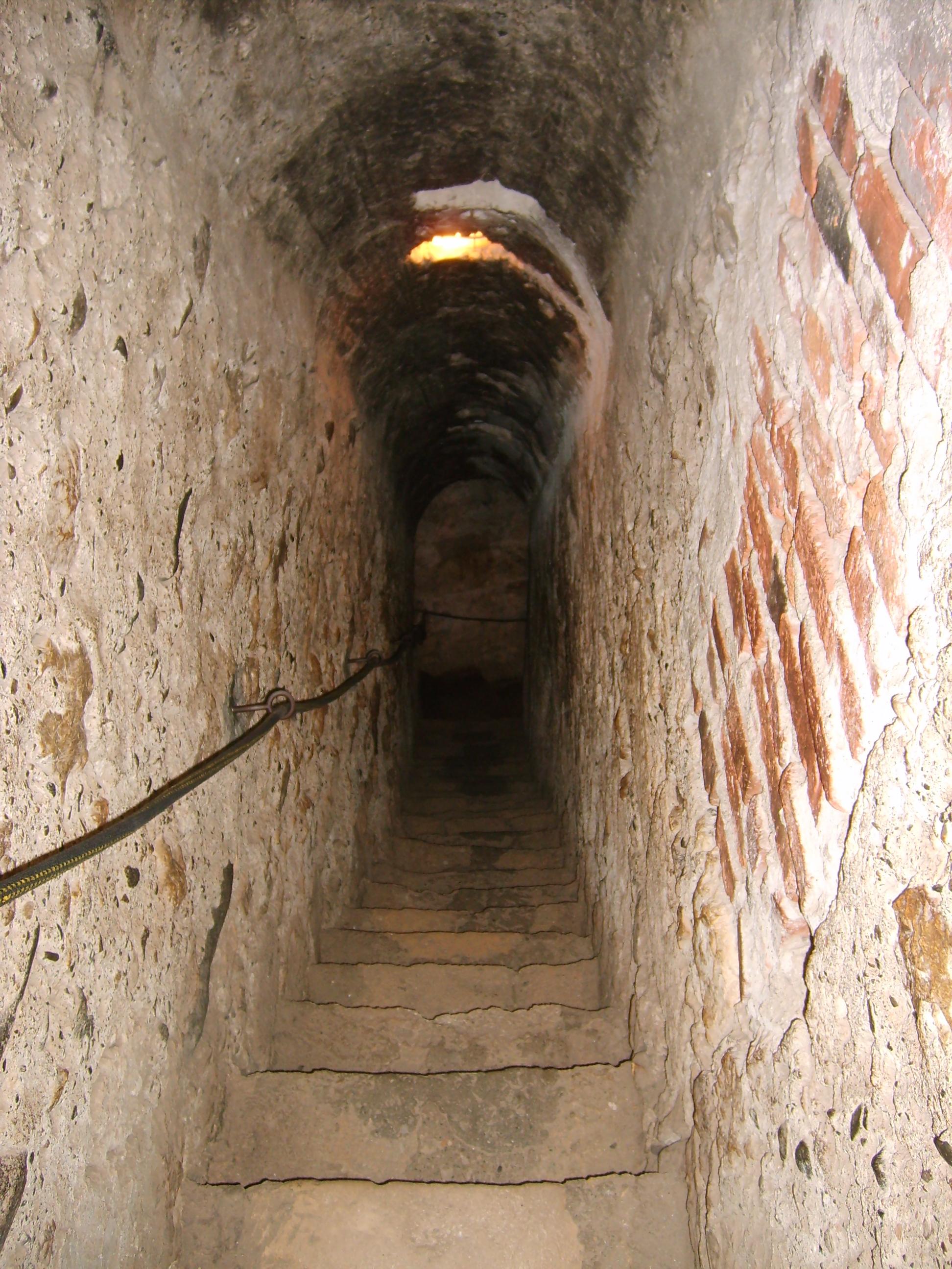 Los cinco destinos turísticos mas terrorificos Bran_castel_secret_passage