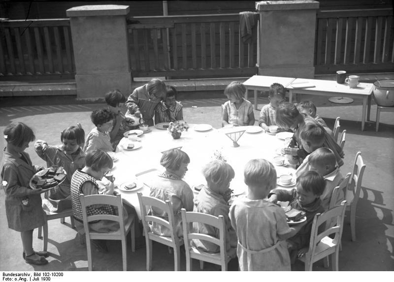 File:Bundesarchiv Bild 102-10200, Berlin-Dahlem, Montessori-Kinderheim.jpg, en Wikimedia Commons.