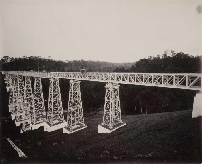 File:COLLECTIE TROPENMUSEUM De spoorbrug over de rivier Tjikoebang TMnr 60052239.jpg