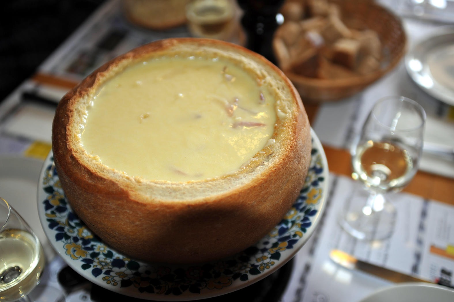 Description Cheese fondue in bread 04 12.jpg