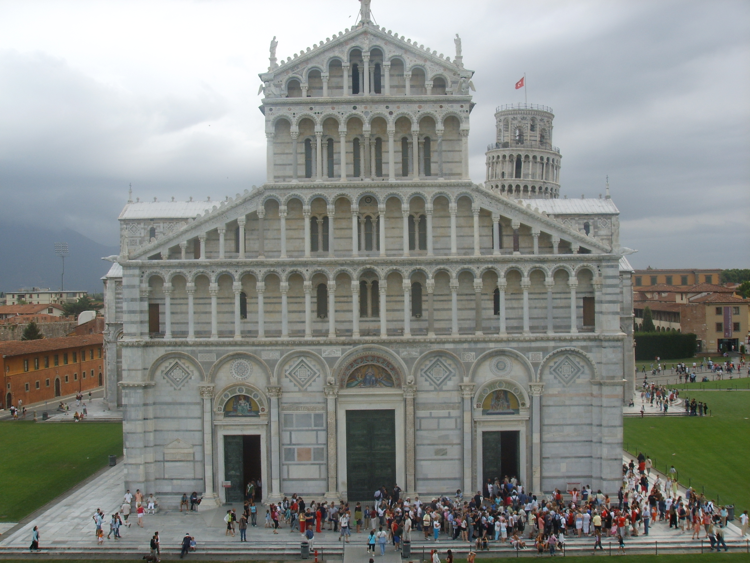 http://upload.wikimedia.org/wikipedia/commons/2/27/Duomo_di_Pisa,_facciata.JPG