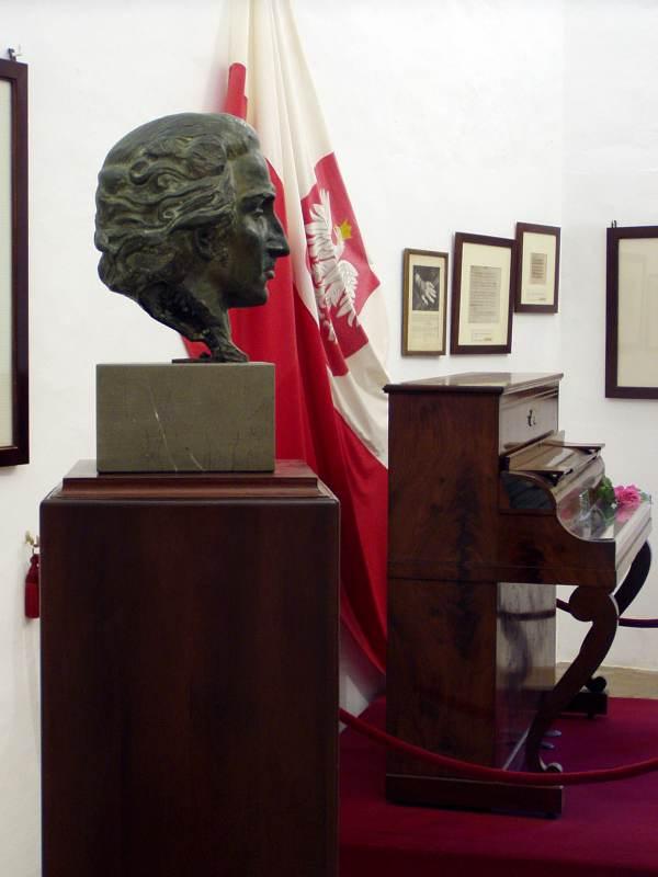 Busto de Chopin en la Cartuja de Valldemosa, junto al piano Pleyel que utilizó