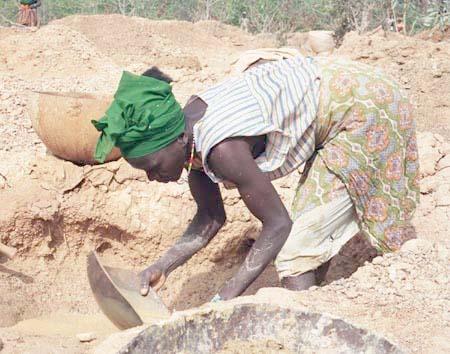 Guinea Siguiri miner woman credit USAID