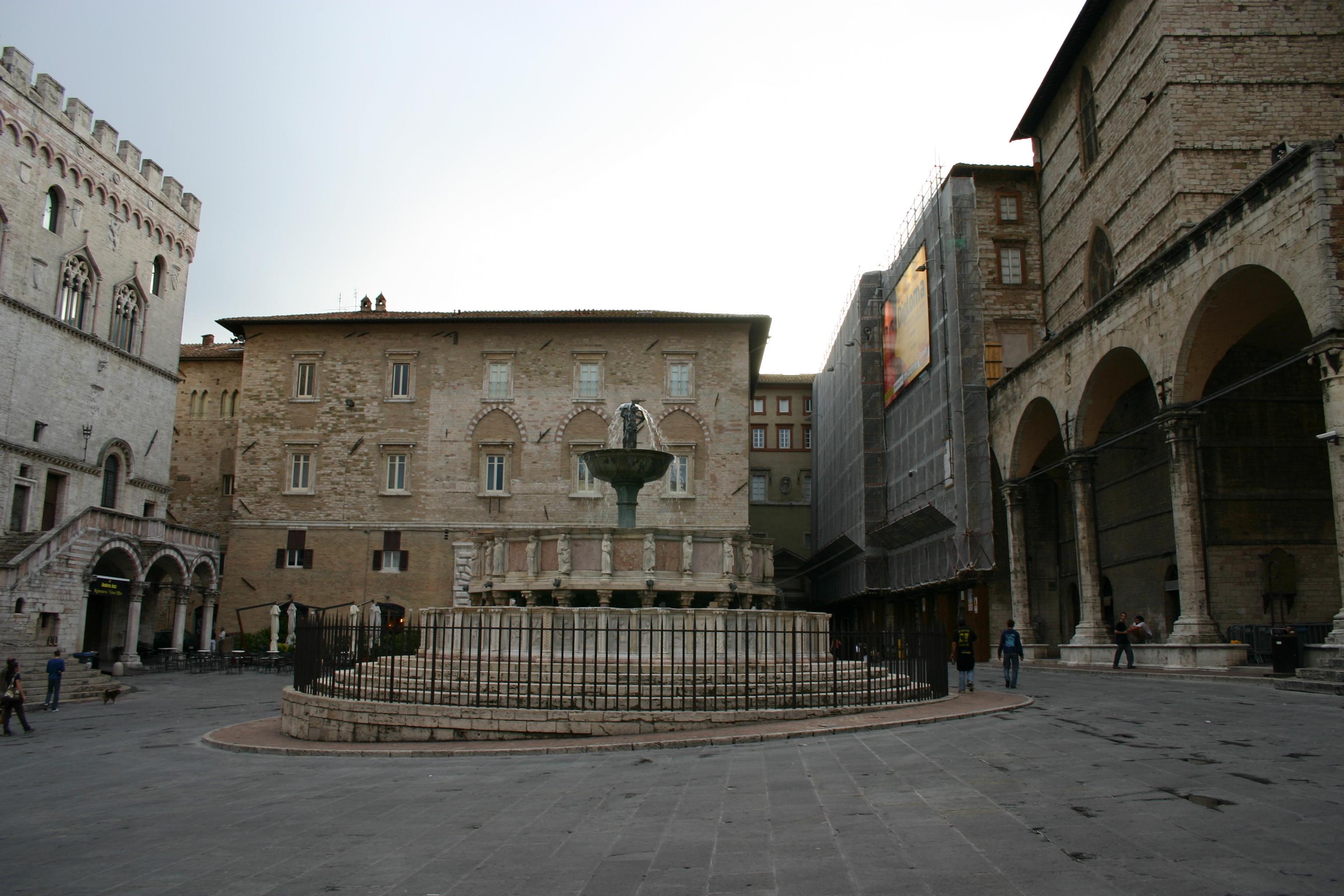 File img 0679bis perugia piazza iv novembre foto g for Arredare milano piazza iv novembre