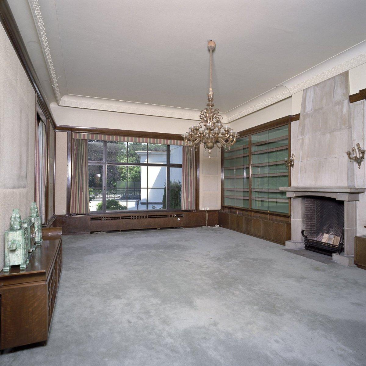 File interieur overzicht van de lege bibliotheek annex woonkamer met schouw en kroonluchter - Interieur woonkamer ...