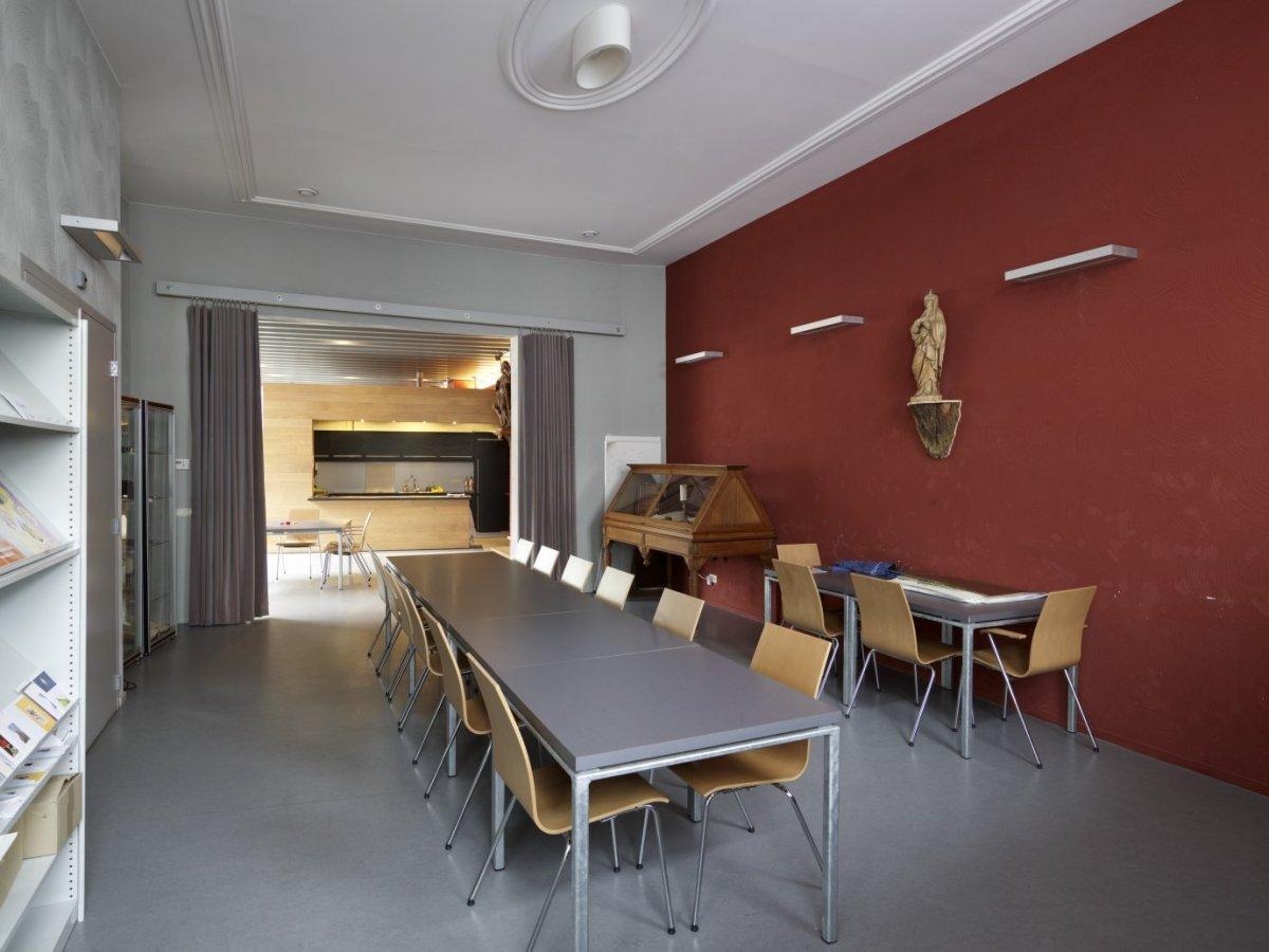 File interieur overzicht van kamer in de pastorie met zicht op de