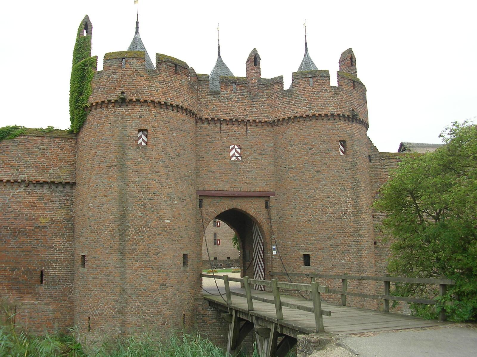 File Kasteel doornenburg poortgebouw JPG   Wikimedia Commons