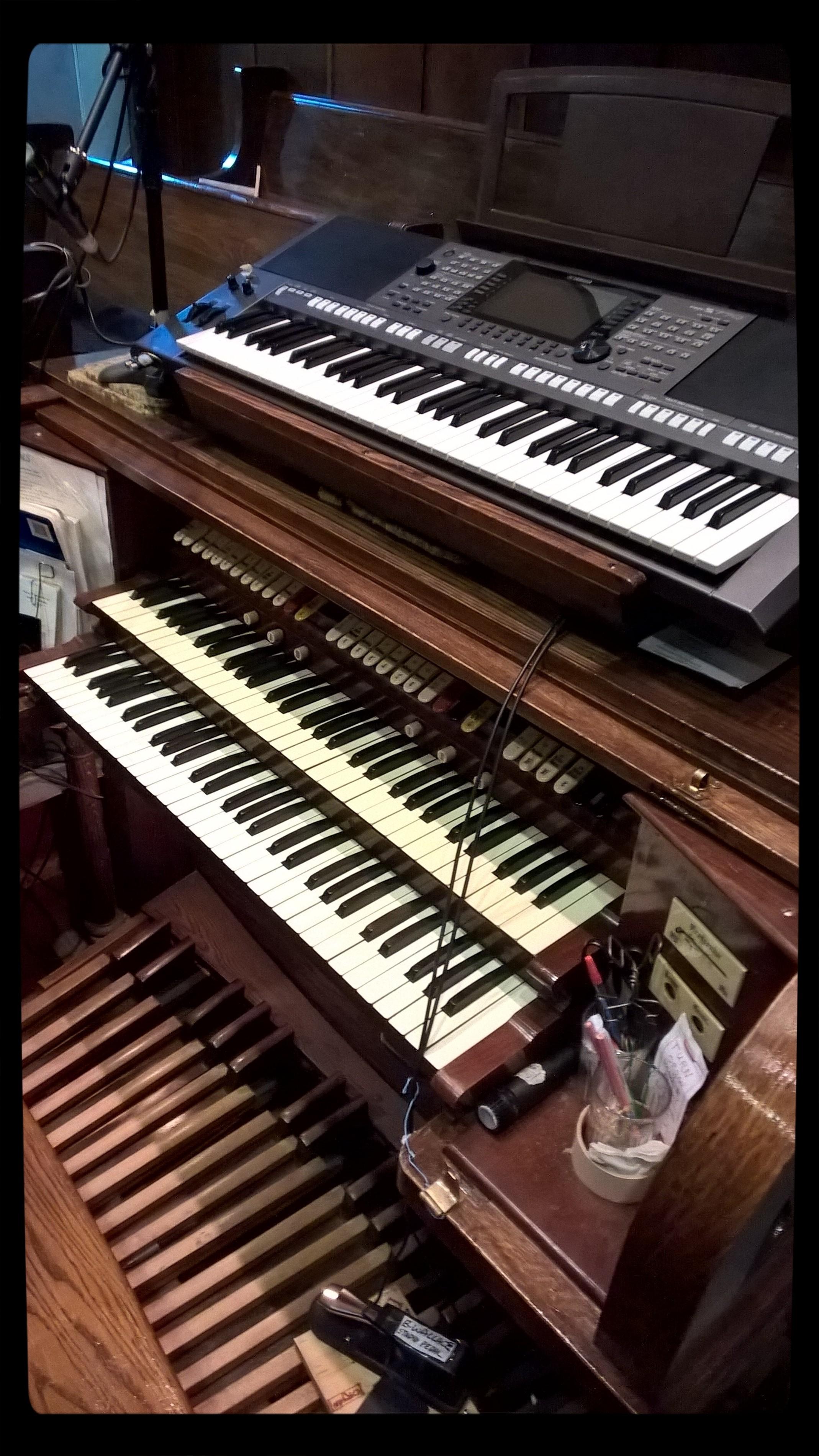 File:Keyboard and pipe organ combination jpg - Wikimedia Commons
