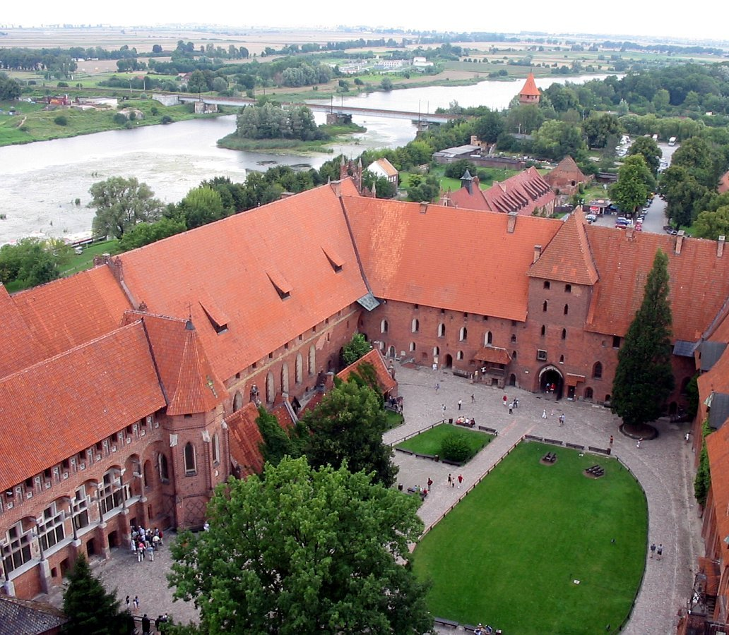 http://upload.wikimedia.org/wikipedia/commons/2/27/Malbork_castle_and_surroundings_2004_ubt.jpeg