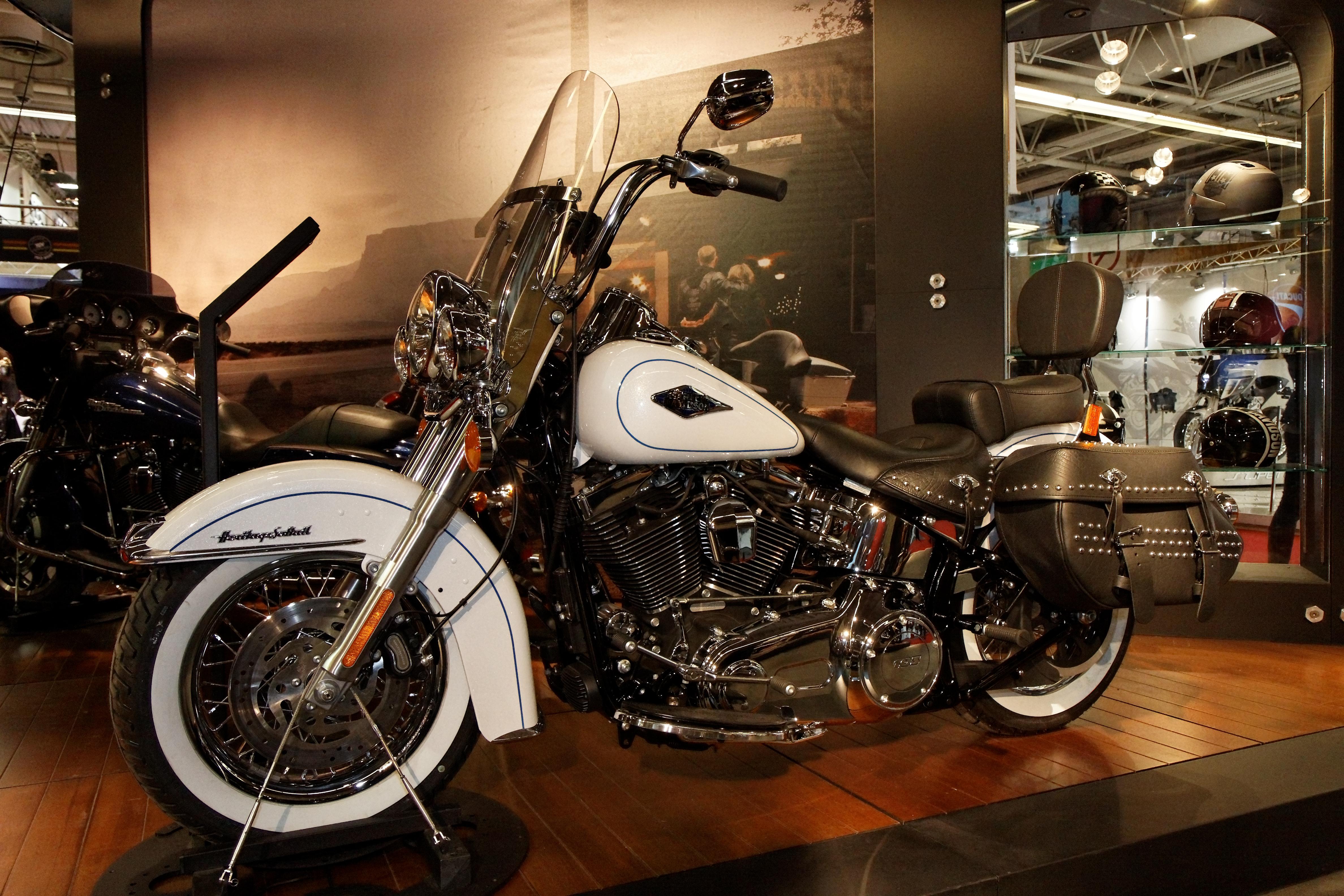 File:Paris - Salon de la moto 2011 - Harley-Davidson - FLSTC ...