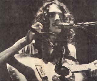 Spinetta presentando Artaud en el Teatro Astral de la Calle Corrientes en la mañana del 23 de octubre de 1973. En aquel recital también dio a conocer su manifiesto Rock: música dura, la suicidada por la sociedad.