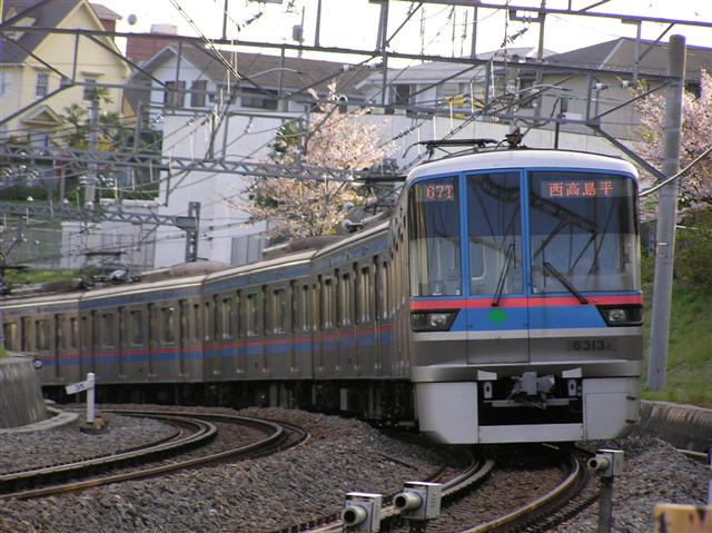 https://upload.wikimedia.org/wikipedia/commons/2/27/Toei6line6313F.JPG