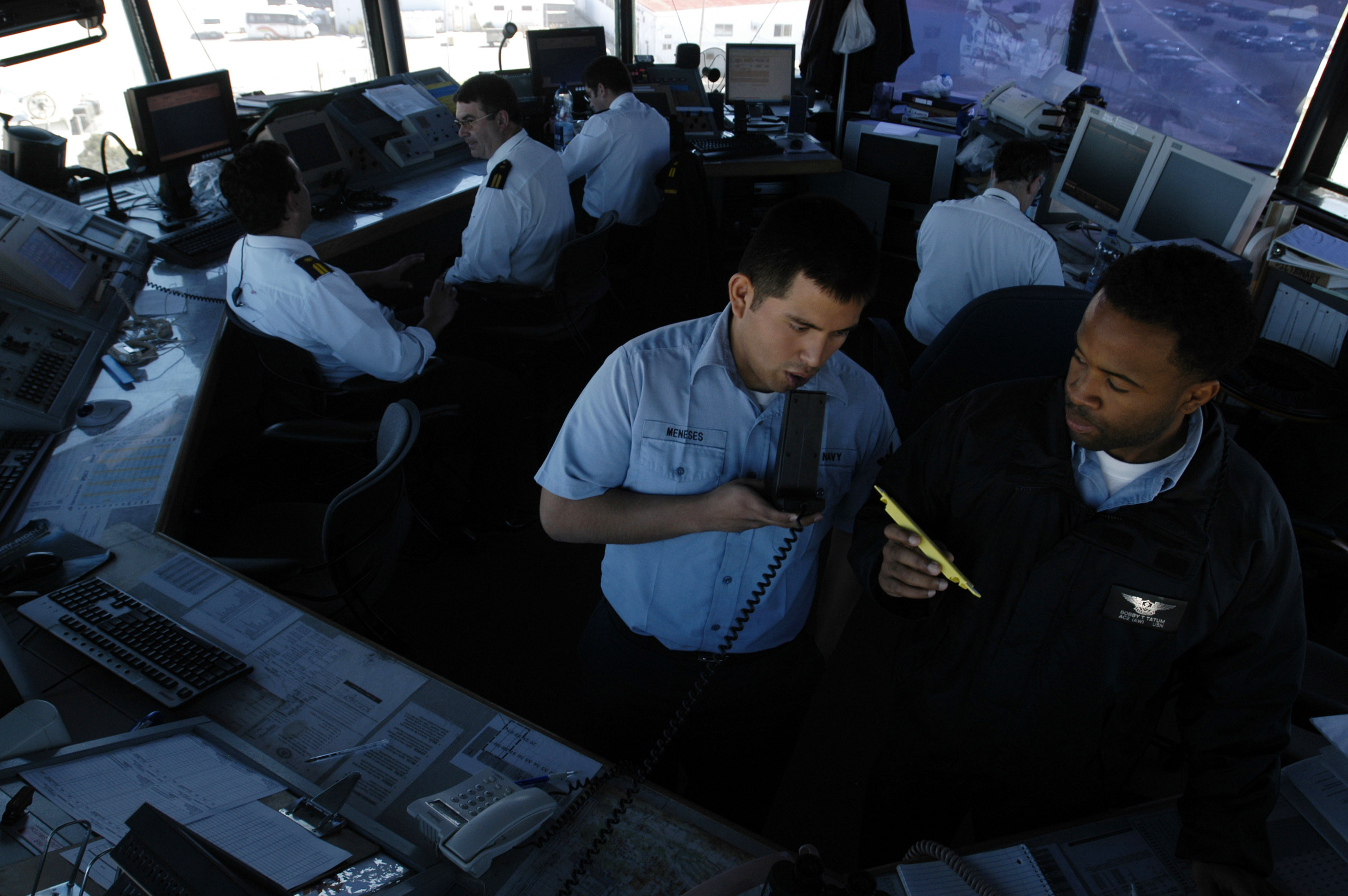 File:US Navy 070321-N-2565P-001 Air Traffic Controller 3rd Class ...