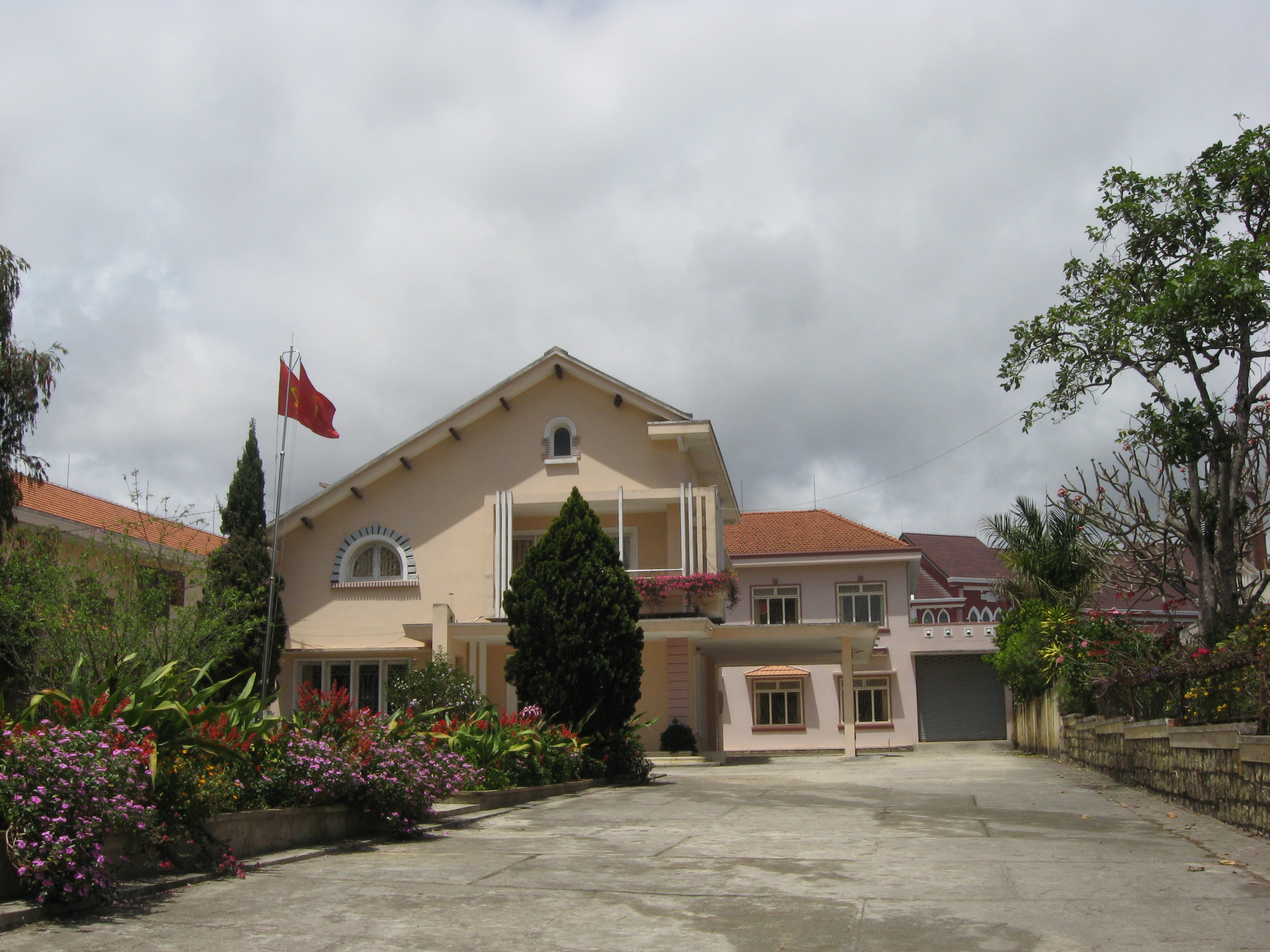 http://upload.wikimedia.org/wikipedia/commons/2/27/Villa,_31B_Quang_Trung_Street,_Da_Lat.JPG