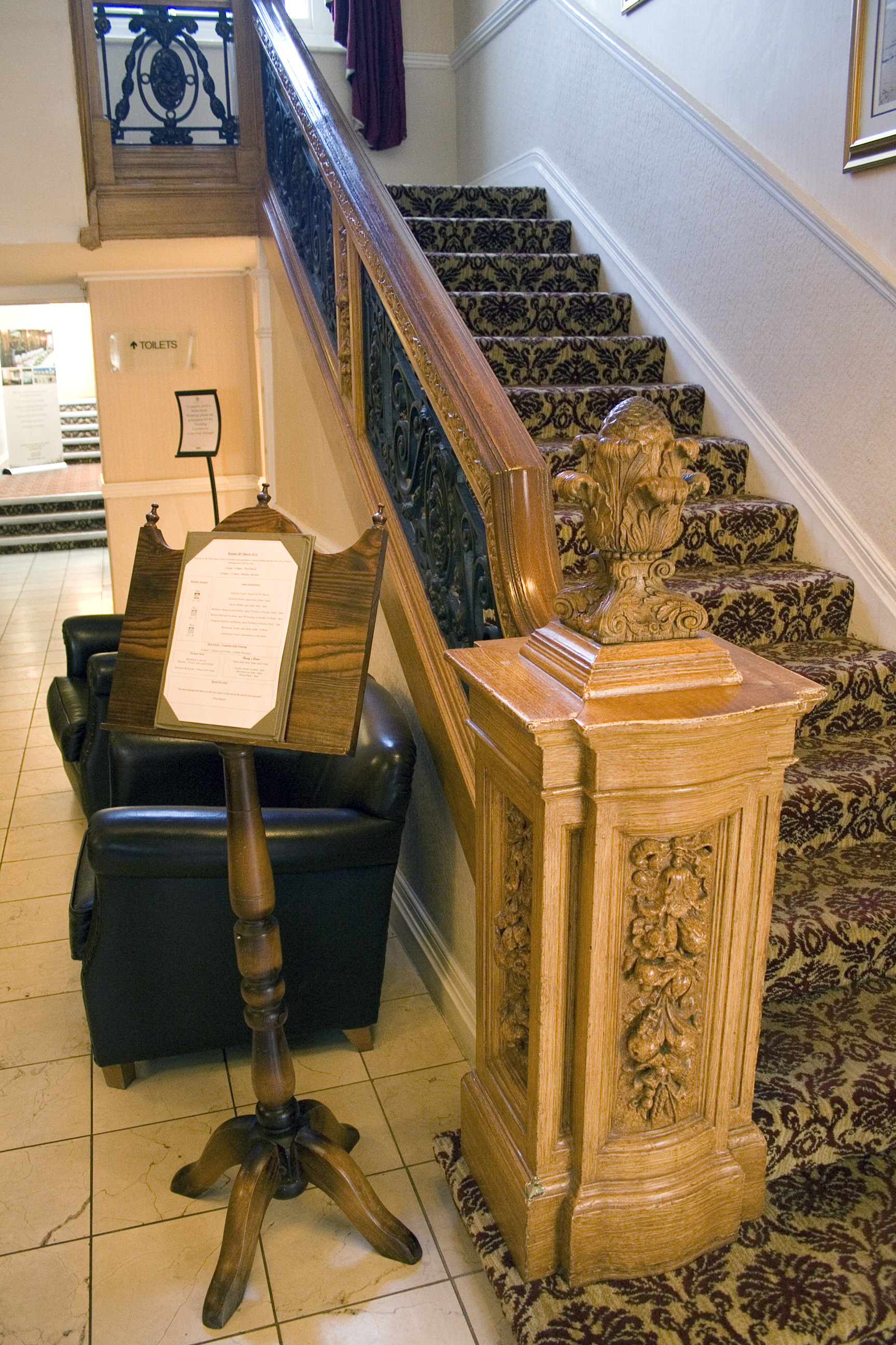 Qu'est devenu l'Olympic ? - Page 3 White_Swan_Hotel_Olympic_staircase