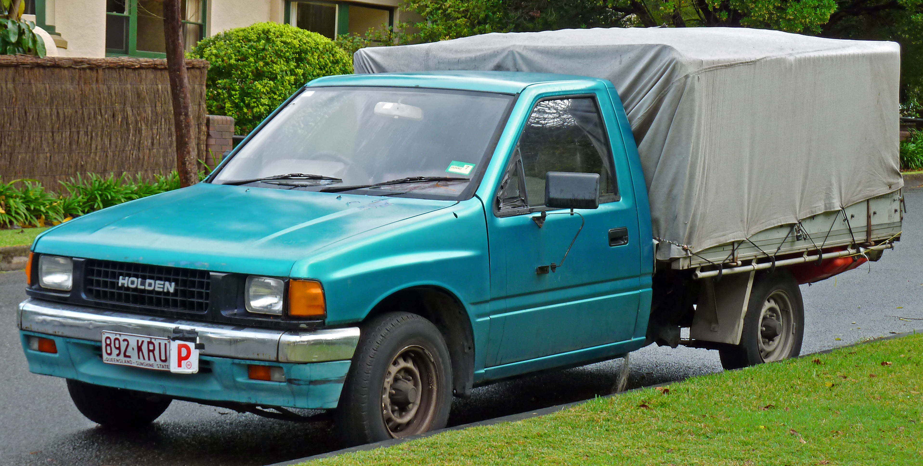 File:1988-1990 Holden Rodeo (TF) DLX 2WD 2-door cab chassis (2011-04