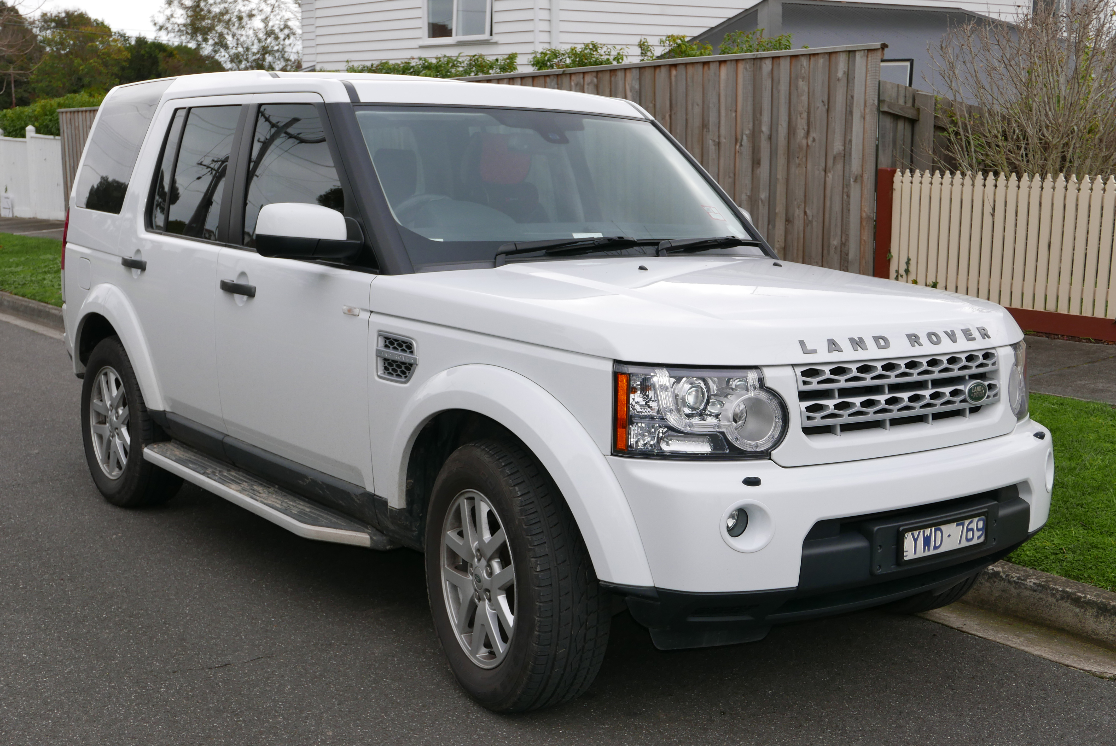 File:2012 Land Rover Discovery 4 (L319 MY12) TDV6 wagon (2015-08-07