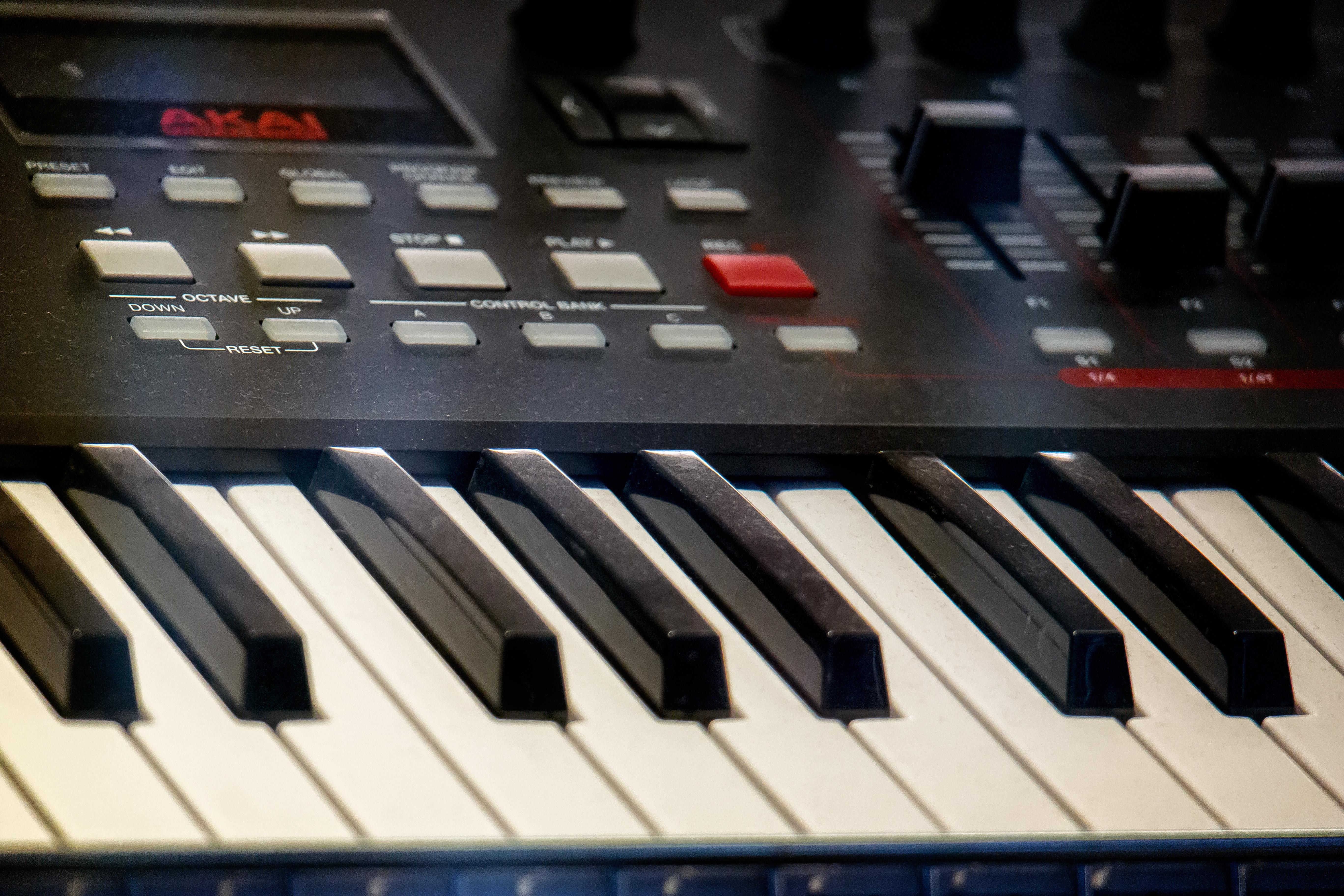 File:AKAI MPK261 Performance Keyboard Controller - center angled