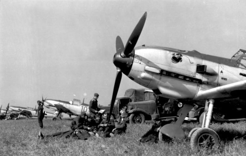 Messerschmitt Bf 109 Bundesarchiv_Bild_101I-058-1784A-14,_Frankreich,_Jagdflugzeuge_Me_109_auf_Feldflugplatz