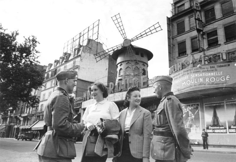 File:Bundesarchiv Bild 101I-129-0480-26, Paris, deutsche Soldaten vor dem Moulin Rouge.jpg