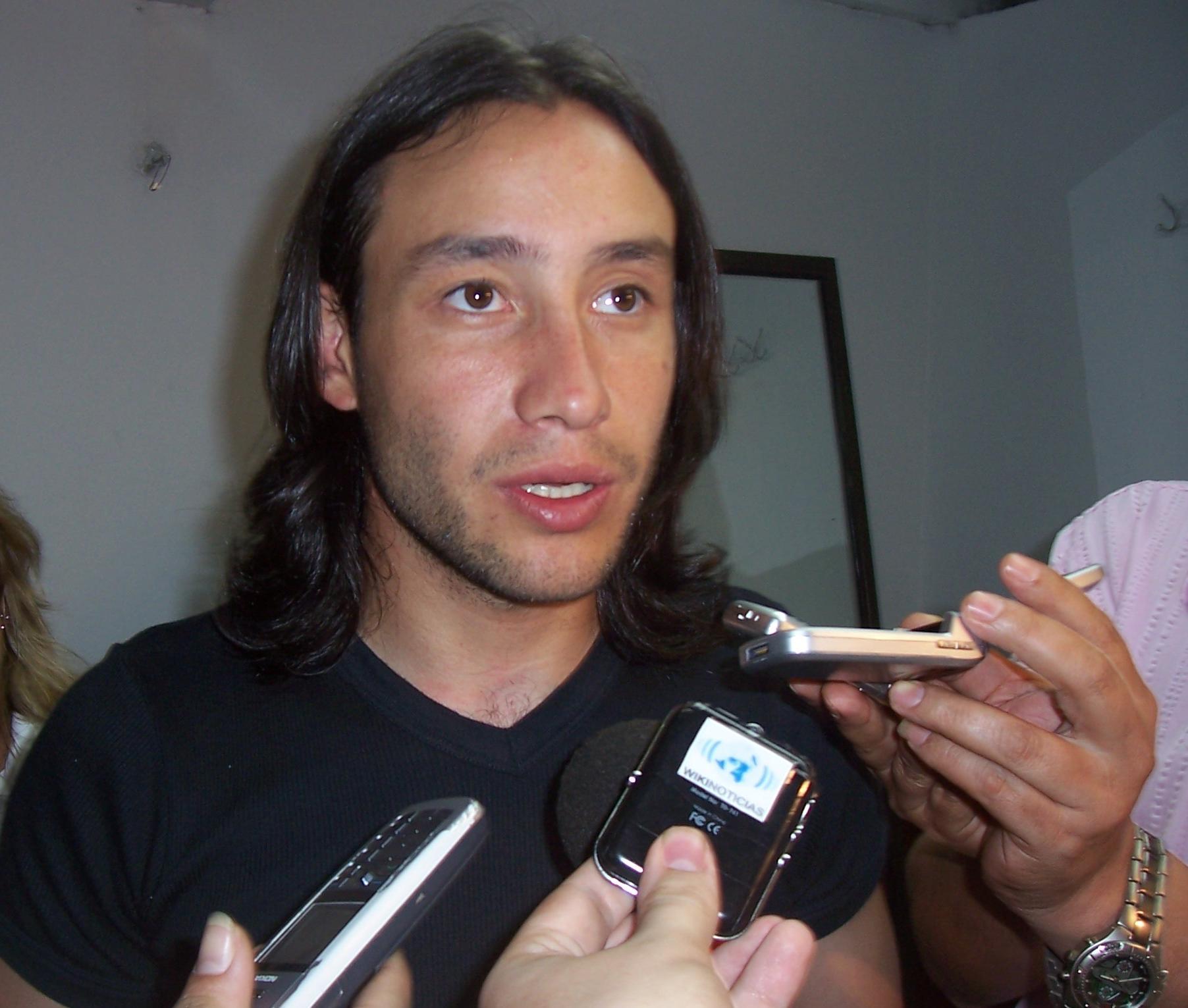 El cantante dialogando con Wikinews en la ciudad de Oberá, Argentina.