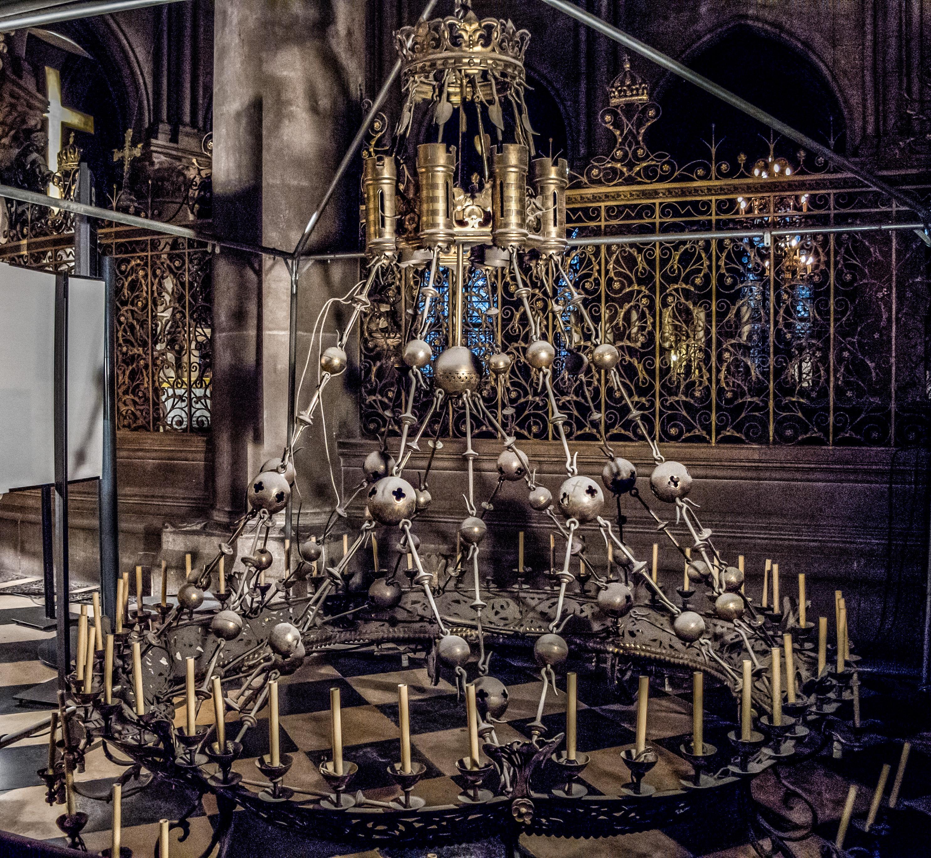 Lustre Paris : File couronne de lumière ou grand lustre la croisée des