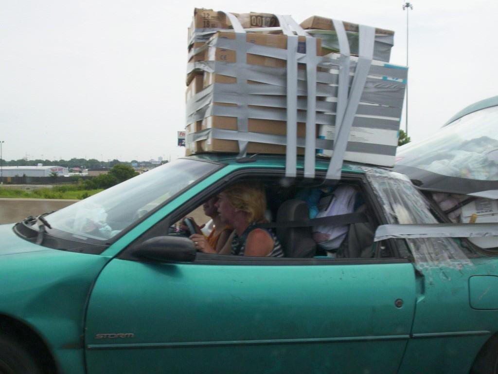 Umzug mit Auto und Gepäck mit Klebeband fixiert - Quelle: WikiCommons
