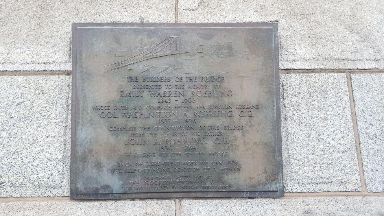 Placa conmemorativa sobre Emily en el puente de Brooklyn