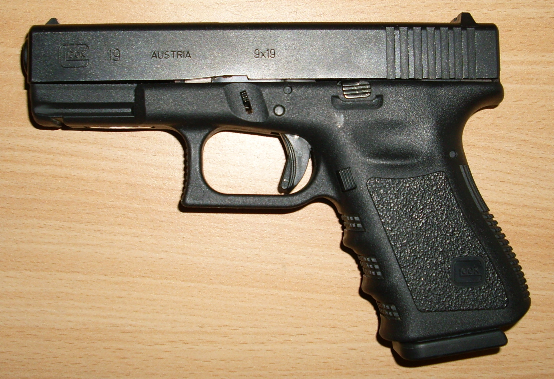 http://upload.wikimedia.org/wikipedia/commons/2/28/GLOCK_19.JPG